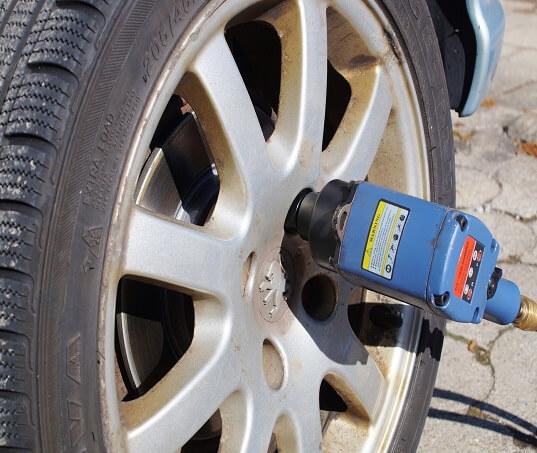 Como trocar pneu de maneira correta? Aprenda de uma vez por todas!
