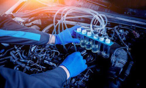 mecânico verificando o sistema de injeção do carro